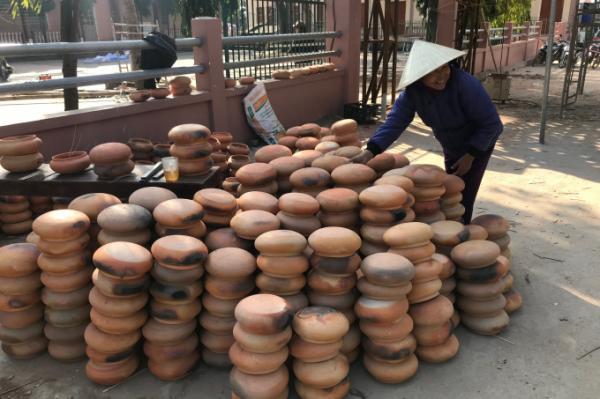 Những chiếc nồi đất là sản phẩm của làng nghề truyền thống xã nơi đây. Việc làm cây thông Noel cũng là một hình thức quảng cáo sản phẩm cho làng nghề.