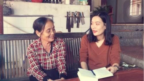 Bà Nguyễn Thị Mùi (bên trái) say sưa kể cho phóng viên nghe những câu chuyện huyền bí về đền Cờn. Ảnh: Nguyên Bảo