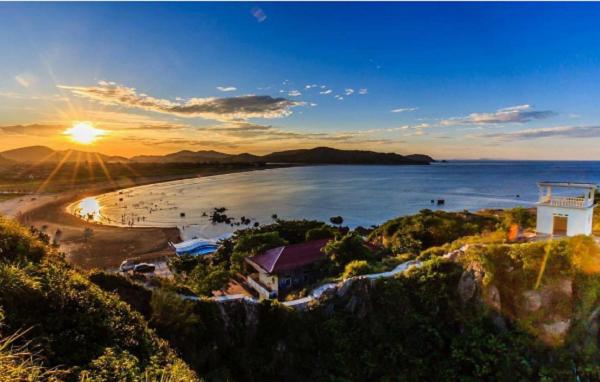 Đảo Lan Châu nằm ngay sát bãi biển Cửa Lò, người địa phương gọi đảo là Rú Cóc, vì đảo có hình dáng như một con cóc khổng lồ đang vươn mình ra biển khơi.
