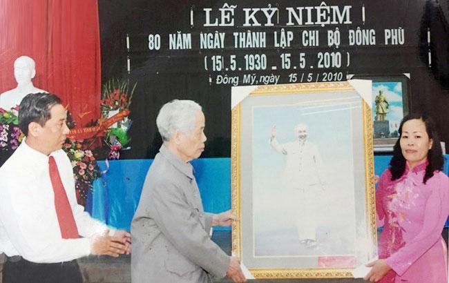 Nguyên Tổng Bí thư Đỗ Mười trao tặng bức ảnh Bác Hồ cho Chi bộ Đông Phù, xã Đông Mỹ, huyện Thanh Trì, Hà Nội nhân kỷ niệm 80 năm Ngày thành lập (năm 2010). Ảnh: TTXVN