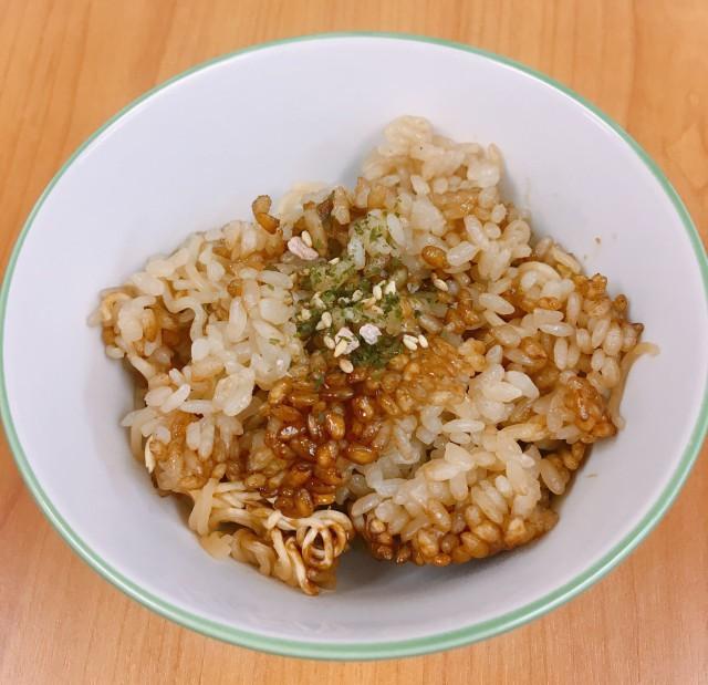 Cơm không bị nhão quá và mì tôm thì cũng không nát, đặc biệt là nó có hương vị thơm lừng của các loại gia vị từ gói mì tôm.