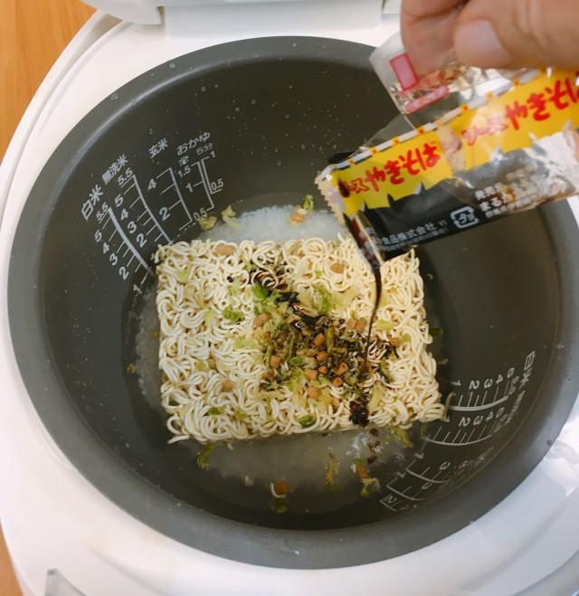 Đặc biệt là gói nước tương có sẵn trong gói mì tôm để giúp món cơm trộn có hương vị thơm ngon, hấp dẫn.