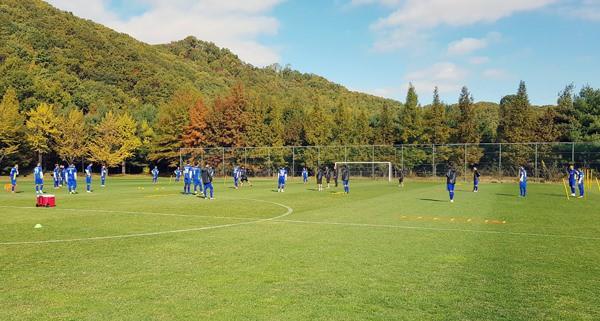 Trong buổi tập ngày 18/10, HLV Park Hang-seo đã tăng cường khối lượng tập luyện cho đội tuyển Việt Nam nhằm củng cố nền tảng thể lực, sức mạnh, tốc độ cho các cầu thủ, đồng thời sắp xếp thời lượng hợp lý cho bài rèn đấu pháp, lối chơi.