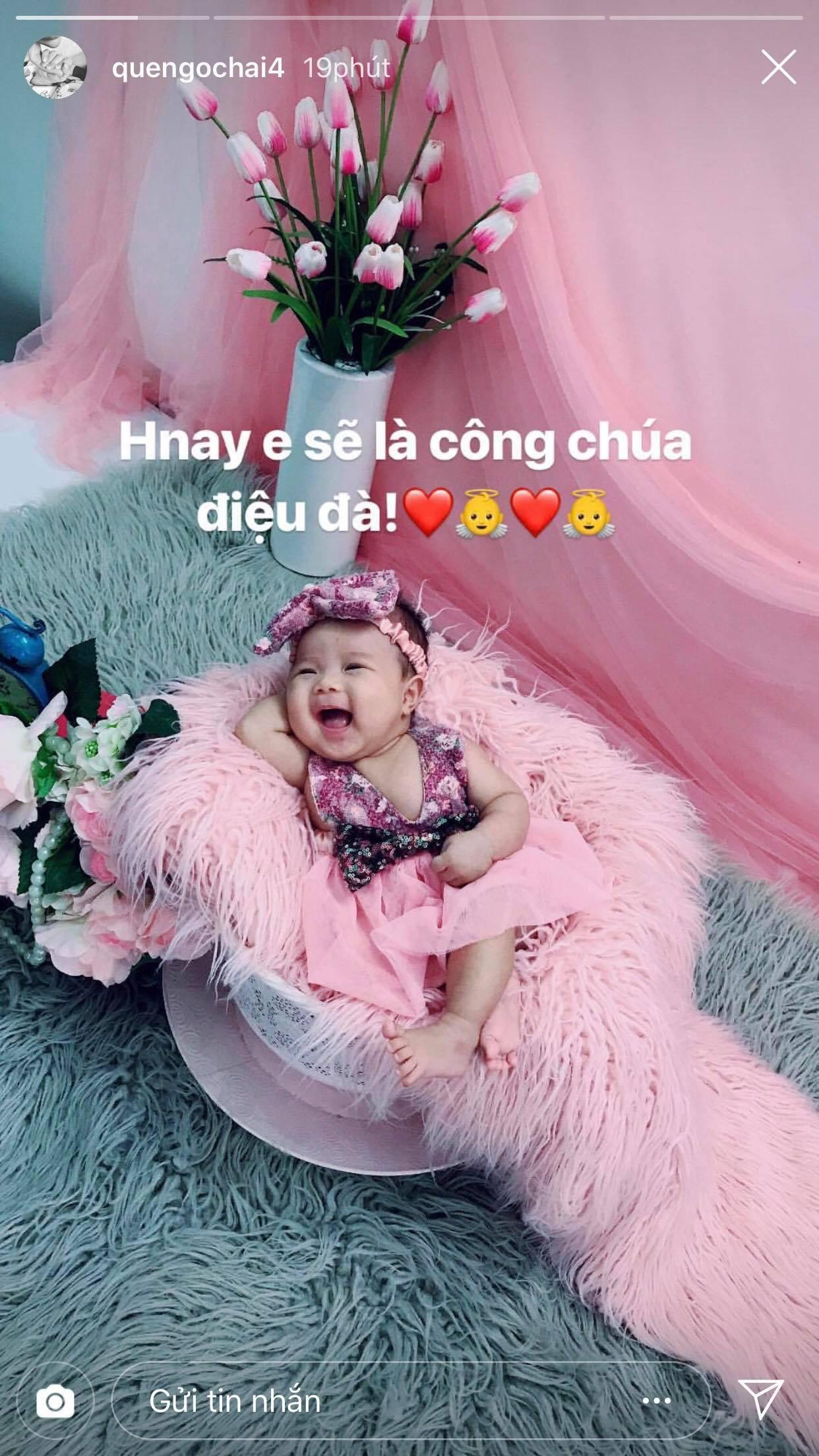 Mới lên chức bố được vài tháng, Quế Ngọc Hải tỏ ra rất quyến luyến cô con gái nhỏ của mình. Trung vệ của Sông Lam Nghệ An cho thấy anh đang rất nhớ con khi phải xa con trong gần 2 tháng tới.