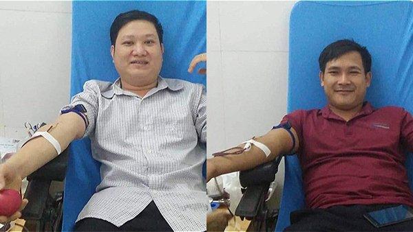 Anh Quân (trái) và anh Tấn bắt xe ra Nghệ An hiến máu cứu người
