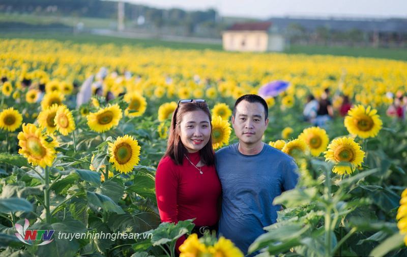 Các cặp gia đình chụp ảnh ở cánh đồng hoa