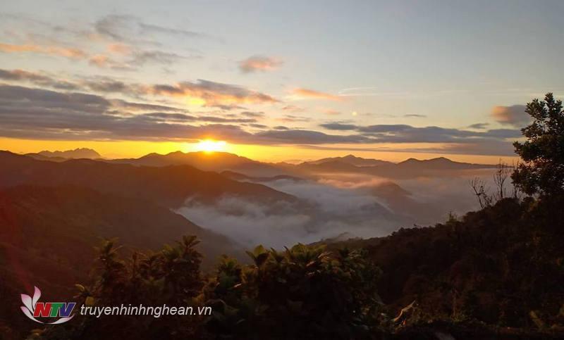 Các đỉnh núi cao trên 1.500m ở Kỳ Sơn được biết là nơi đón ánh bình minh sớm nhất Nghệ An. Vì vậy, nơi đây còn được mệnh danh là Cổng trời.