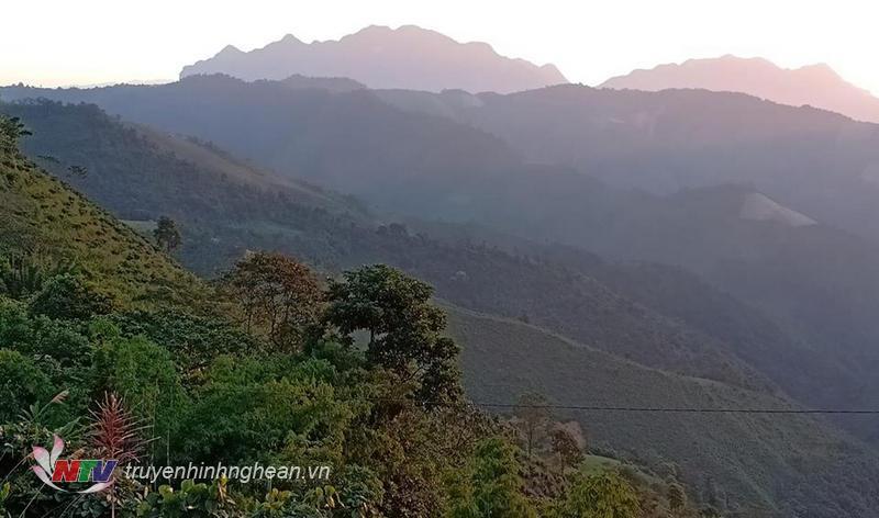 Cảnh sắc núi rừng trùng điệp trở nên đẹp hơn qua góc máy của thầy giáo vùng cao.