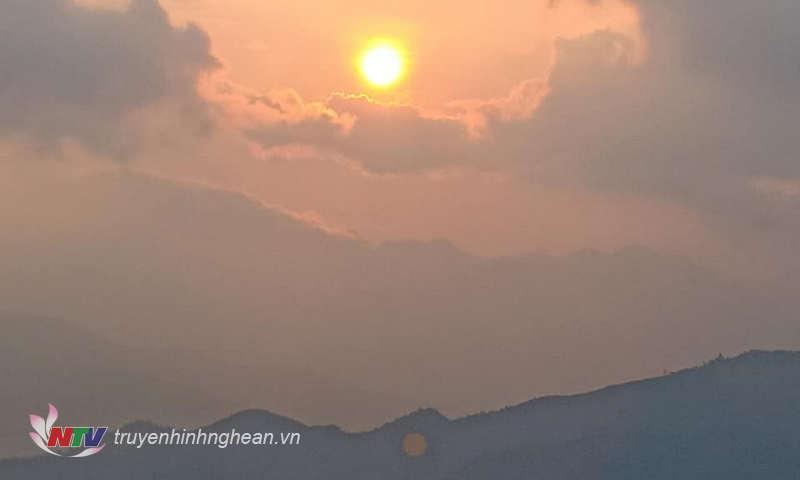 Đầu đông mặt trời vùng cao đã bớt chói chang hơn qua làn sương mù.