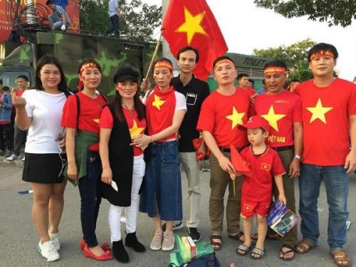 Gia đình cầu thủ Quang Hải ra sân cổ vũ cho con trai. Ảnh: Dân Việt
