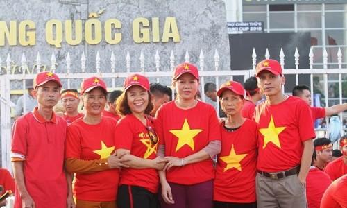 Bà nội, mẹ ruột và các cô chú của Phan Văn Đức từ Nghệ An ra Hà Nội. Ảnh: Người Đưa Tin