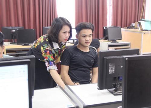 Nam sinh Lô Văn Anh và cô giáo chủ nhiệm Minh Hạnh trong giờ Tin học