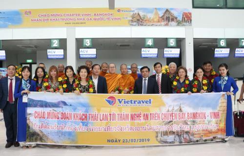 Lãnh đạo tỉnh Nghệ An chụp hình lưu niệm với đoàn khách quốc tế từ Thái Lan tại Cảng hàng không quốc tế Vinh. Ảnh: Nguyễn Oanh-TTXVN
