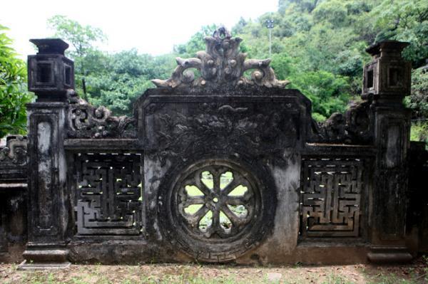 Bức bình phong trong đền vua Đinh.