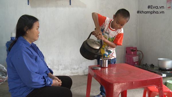 Biết mẹ bệnh, Nghĩa làm hết công việc nhà phụ giúp mẹ.