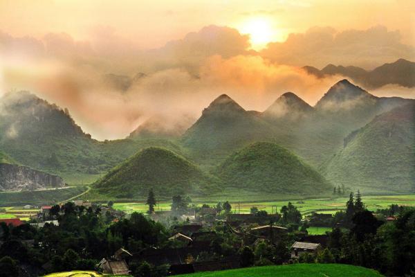 4. Tỉnh Hà Giang. Tỉnh thuộc vùng núi phía Bắc Việt Nam. Hà Giang cuốn hút du khách bởi những con đường đèo đầy ấn tượng, những mùa hoa nở đẹp, những bản làng yên bình hay những phiên chợ rực rỡ sắc màu…