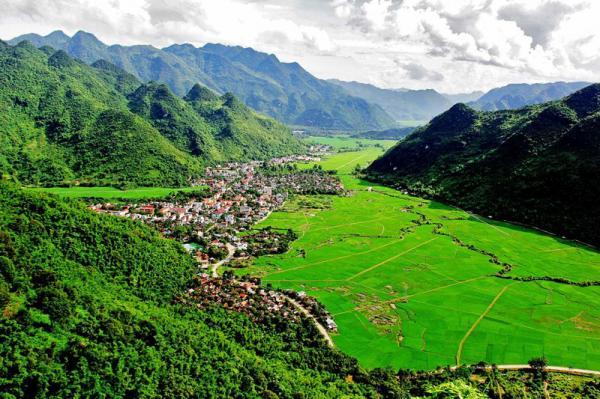 10. Huyện Mai Châu. Đây là huyện miền núi thuộc tỉnh Hoà Bình. Nơi đây thu hút du khách bởi vẻ đẹp mơ màng với không khí núi rừng trong lành, mát mẻ và đặc biệt là nét văn hóa đa dạng cùng nền ẩm thực độc đáo. Tới Mai Châu, bạn sẽ có cơ hội được ghé thăm hang Chiều, hang Mỏ Luông, đèo Thung Khe, bản Lác, bản Poom Cọong…