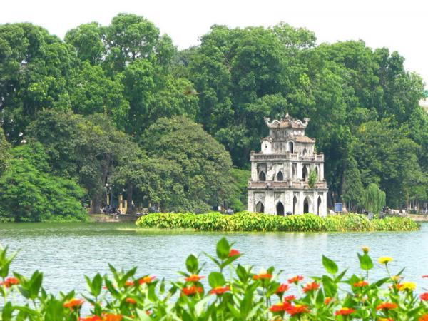 """2. Hà Nội. Là Thủ đô của Việt Nam và cũng là kinh đô của hầu hết các vương triều phong kiến Việt trước đây. Nằm giữa đồng bằng sông Hồng trù phú, nơi đây đã sớm trở thành trung tâm chính trị, kinh tế và văn hóa ngay từ những buổi đầu của lịch sử dải đất hình chữ """"S"""". Hiện nay, nó và và thành phố Hồ Chí Minh là hai trung tâm kinh tế - xã hội đặc biệt quan trọng của nước ta."""