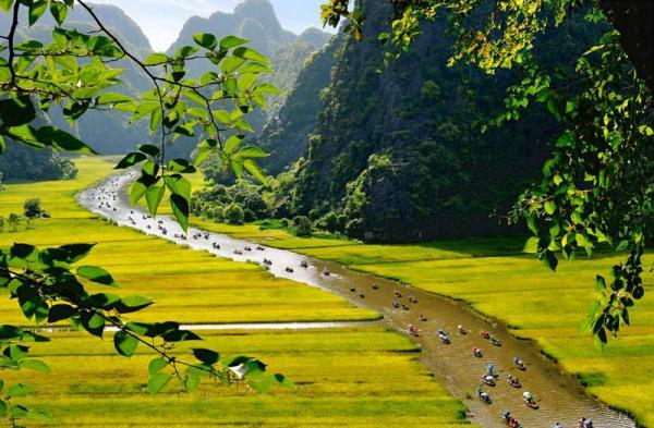 5. Tam Cốc - Bích Động. Toàn khu vực bao gồm hệ thống các hang động núi đá vôi và các di tích lịch sử liên quan đến hành cung Vũ Lâm của triều đại nhà Trần nằm chủ yếu ở xã Ninh Hải, Hoa Lư, Ninh Bình. Quần thể danh thắng Tràng An - Tam Cốc được Thủ tướng chính phủ Việt Nam xếp hạng là di tích quốc gia đặc biệt và đã được tổ chức UNESCO xếp hạng di sản thế giới. Đây là một khu du lịch trọng điểm quốc gia Việt Nam.