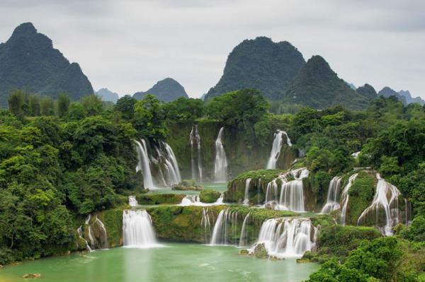 7. Thác Bản Giốc. Là thác nước nằm trên sông Quây Sơn tại biên giới giữa Việt Nam và Trung Quốc. Nếu nhìn từ phía dưới chân thác, phần thác bên trái và nửa phía Tây của thác bên phải thuộc chủ quyền của Việt Nam tại xã Đàm Thủy, huyện Trùng Khánh, tỉnh Cao Bằng. Thác Bản Giốc là một thắng cảnh du lịch nổi tiếng và từng nhiều lần bầu chọn là một trong những thác nước đẹp nhất thế giới.