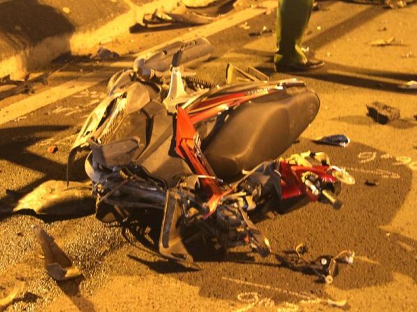 Chiếc xe máy của nam thanh niên bị hư hỏng nặng. Ảnh H. Tâm.