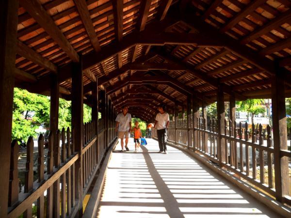 Chính lối kiến trúc độc đáo ấy đã giúp cây cầu vừa có chức năng giao thông, vừa có tác dụng che mưa tránh nắng và là nơi dừng chân nghỉ ngơi cho người đi đường.