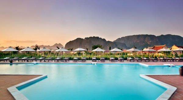 Không gian bể bơi vô cùng thoáng đẹp. (Nguồn: mytour.vn)