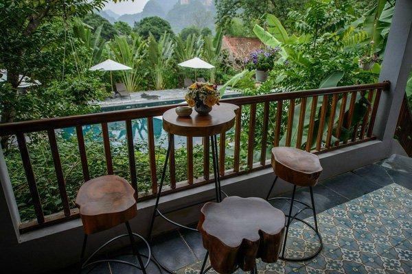 Đơn giản nhưng tinh tế, góc ngồi thư giãn bên ngoài lan can được rất nhiều khách du lịch yêu thích. (Nguồn: @nguyễn phương anh)