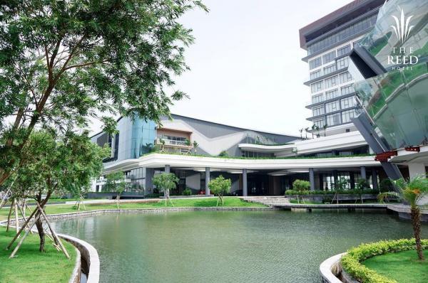 Khuôn viên rộng, trong lành và ngập sắc xanh xen lẫn kiến trúc hiện đại. (Nguồn: @thereedhotel)