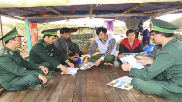 Bộ đội Biên phòng Kim Sơn tuyên truyền cho người dân về biển đảo. Ảnh: Trường Giang