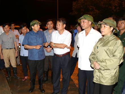 Các đồng chí lãnh đạo tỉnh theo dõi, chỉ đạo sát sao công tác ứng phó với lũ trên sông Hoàng Long. Ảnh: Đức Lam