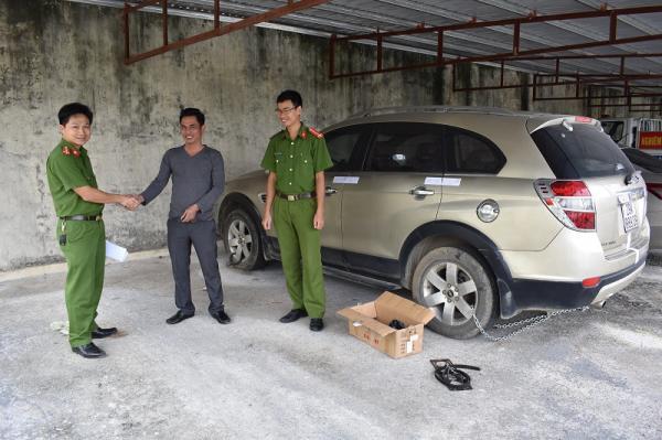 Công an huyện Hoa Lư bàn giao chiếc xe ô tô là tang vật vụ án cho Công an thành phố Hà Nội
