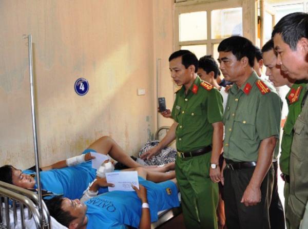 Công an tỉnh Ninh Bình đã đến thăm hỏi và trao tặng giấy khen cùng những phần quà tới 2 nạn nhân.