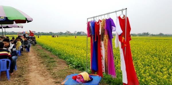 Một số người dân địa phương tranh thủ kinh doanh cho thuê trang phục truyền thống như áo dài, khăn xếp... để chụp hình với giá 40-50.000 đồng/bộ.