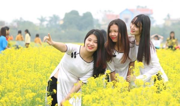 Các nữ sinh trường Cao đẳng truyền hình Hà Nội vượt quãng đường xa để lưu lại khoảnh khắc đẹp.
