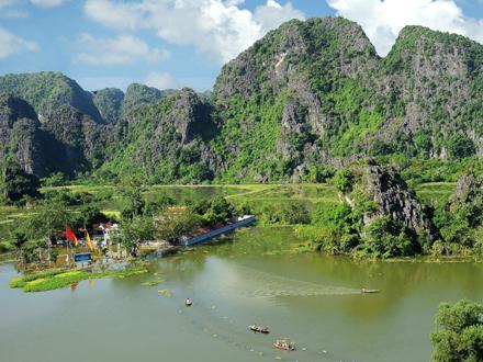 Phong cảnh đền Thái Vi. Ảnh: Ninh Mạnh Thắng