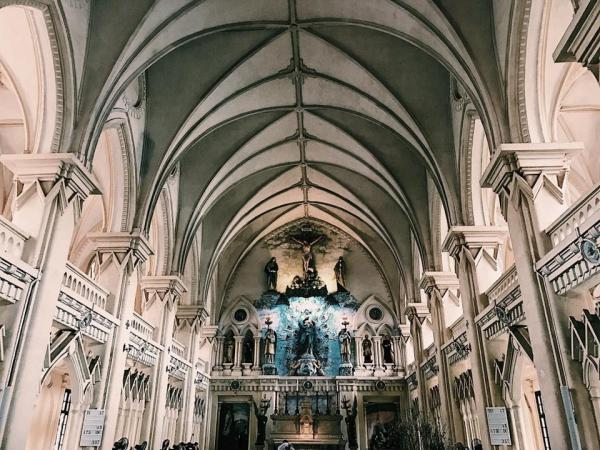 Mái vòm trắng cao 21m là đỉnh cao của nghệ thuật kiến trúc trong lòng Thánh đường Đan viện Châu Sơn, làm nổi bật gian cung thánh với các bức phù điêu màu tuyệt tác. (Ảnh: FB Ngọc Long)