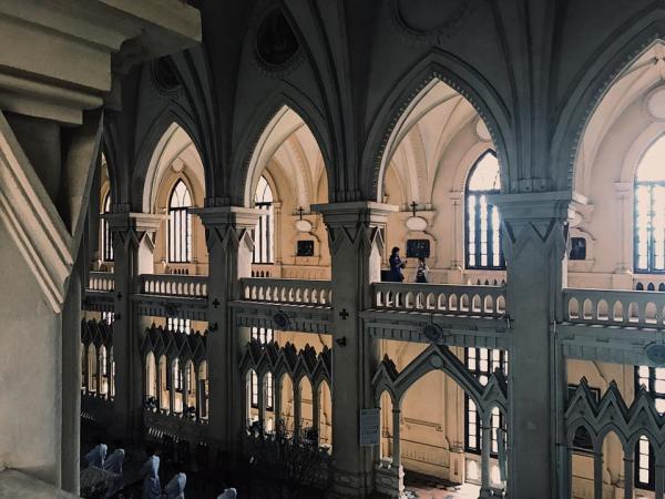 Phía trong Thánh Đường, ánh sáng tự nhiên lọt vào hai hành lang rộng qua những cửa sổ lớn. (Ảnh: FB Ngọc Long)