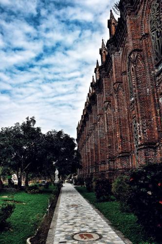 Nhìn từ hai bên, điểm nhấn của cấu trúc chính là những cột nhà được thiết kế thành những tháp nhỏ cân xứng. (Ảnh: FB Phi Ba Ngơ)