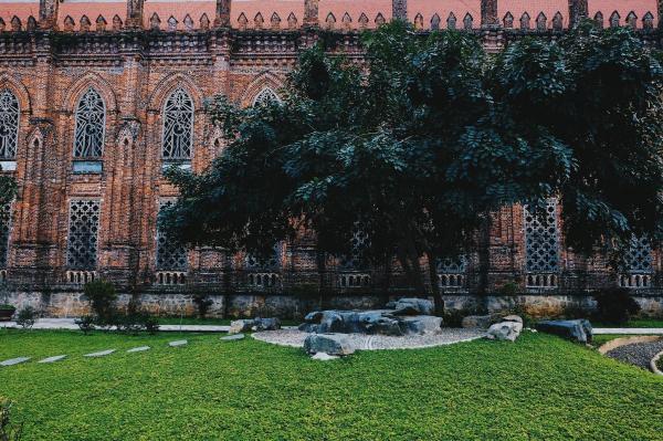 """Tường được trang trí hài hòa bởi các cửa sổ chia thành hai tầng trên và dưới, phía trong là cửa kính gỗ, phía ngoài chính là những bức tranh """"chạm thủng"""" họa hình các Thánh, hình Chúa Giêsu vác Thánh giá và cầu nguyện. (Ảnh: FB Phi Ba Ngơ)"""
