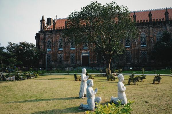 Khuôn viên Đan viện được bao phủ một màu xanh đầy sức sống bởi rất nhiều loại cây khác nhau. (Ảnh: FB Phi Ba Ngơ)