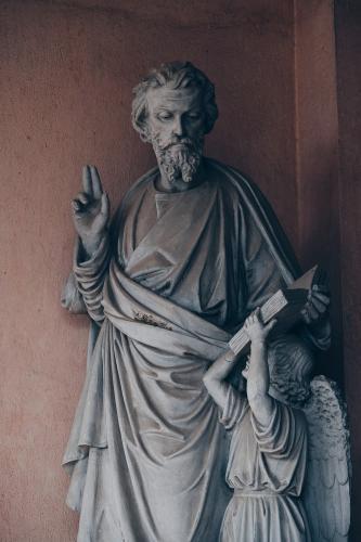 Một số bức tượng được trạm trổ rất cầu kỳ đặt tại khuôn viên của đan viện. (Ảnh: FB Phi Ba Ngơ)