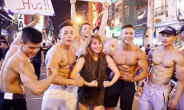 Một nhóm nam thanh niên 6 múi xuống phố đi bộ Nguyễn Huệ làm clip