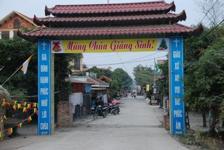 Cổng vào Giáo xứ Trung Đồng. Ảnh Minh Quang