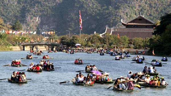 Tấp nập du khách tại Khu du lịch sinh thái Tràng An