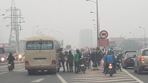 Một xe dừng bắt khách dọc đường Phạm Hùng chiều 29.12. Ảnh theo VNN