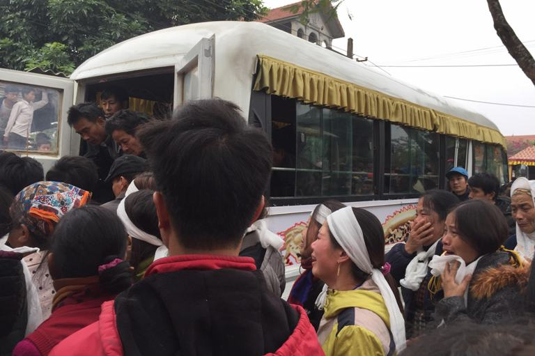 Người thân và hàng xóm đưa thi thể 3 mẹ con chị Thêu đi hỏa táng