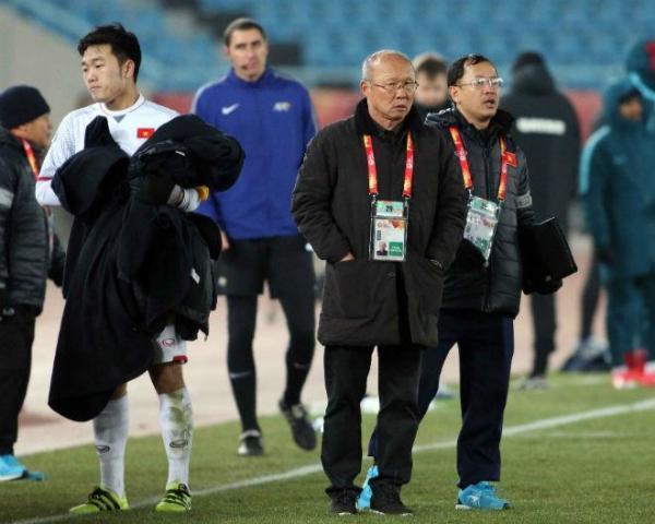 Sút thành công, Xuân Trường bất ngờ xin phép các trọng tài và HLV Park Hang Seo để chạy vào trong khu kỹ thuật của U23 Việt Nam.