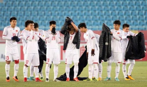 Các tuyển thủ U23 Việt Nam nhanh chóng mặc áo cho đỡ lạnh...