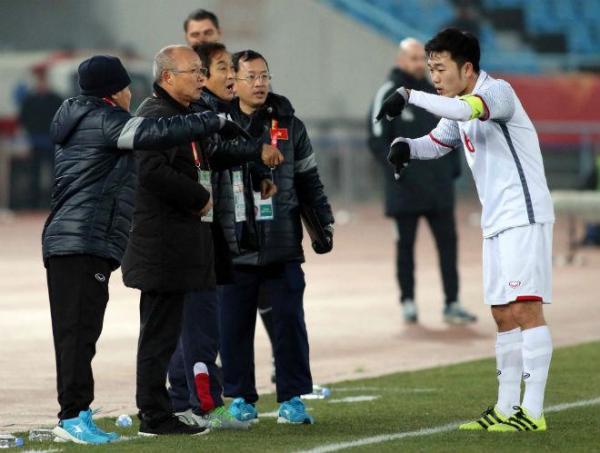 Trước đó, ở 120 phút thi đấu với U23 Qatar, Xuân Trường nhiều lần chạy ra sát đường biên dọc để trao đổi với HLV Park Hang Seo và ban huấn luyện về chiến thuật của đội nhà.